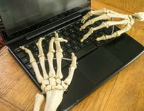 working-fingers-to-bone-26081914